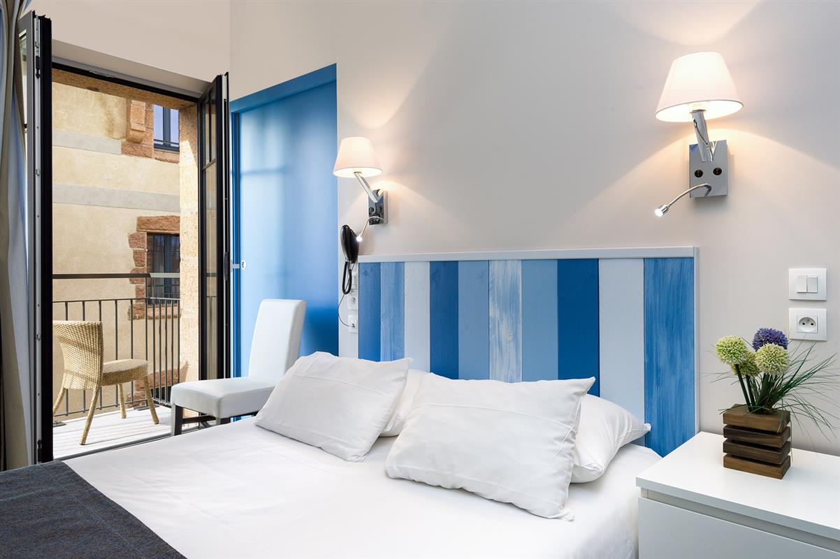 Chambre c t cour balcon chambre 3 toiles perros guirec for Decoration interieur chambre hotel
